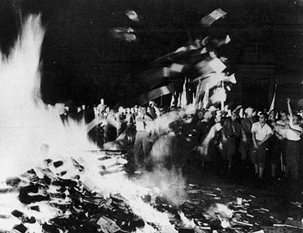 Un rogo di libri nella Germania nazista