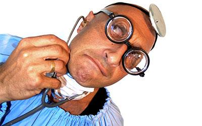 Il Dottor Frangiflutti, con spessi occhiali da miope